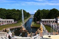 俄罗斯,圣彼德堡, Peterhof, 2018年6月2日,在照片上部公园的著名喷泉 免版税库存照片