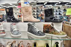俄罗斯,圣彼德堡10,09,2017双胶靴和鞋子在 免版税库存图片