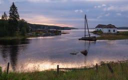 俄罗斯,在白海海岸严厉北风景的不眠夜与俄罗斯的北部的一个典型的渔村 小 库存照片