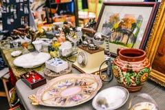 俄罗斯,城市莫斯科- 2014年9月6日:古董销售在街道上的 老事从不同的时代 旧货物交换会 库存图片