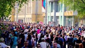 俄罗斯,新西伯利亚, 9可以2015年,走在一条拥挤街道的匿名人民 4K 3840x2160 影视素材