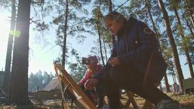 俄罗斯,新西伯利亚, 2017年:两个女孩凹道在秋天森林里 影视素材