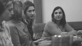俄罗斯,新西伯利亚, 2018年8月15日 一个小组妇女坐有分享家庭的心理学家的长沙发 影视素材