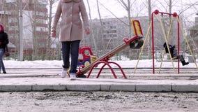 俄罗斯,新西伯利亚, 2015年4月10日 儿童操场在公园在早期的春天 4K 3840x2160 股票视频