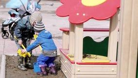 俄罗斯,新西伯利亚, 2015年4月10日 儿童操场在公园在早期的春天 4K 3840x2160 影视素材
