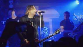 俄罗斯,新西伯利亚, 2016年7月14日 摇滚乐音乐会与唱夜总会的歌手 库存照片
