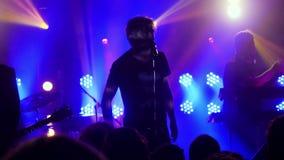 俄罗斯,新西伯利亚, 2016年7月14日 歌手在摇滚乐音乐会的唱歌歌曲在夜总会 免版税库存图片