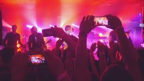 俄罗斯,新西伯利亚, 2016年7月14日 爱好者递录音录影和与巧妙的电话的采取图片在音乐音乐会 库存图片