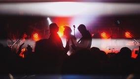 俄罗斯,新西伯利亚, 2016年7月14日 集会在摇滚乐音乐会的人群 免版税图库摄影