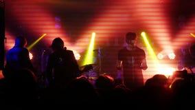 俄罗斯,新西伯利亚, 2016年7月14日 集会在摇滚乐音乐会的人群 免版税库存照片