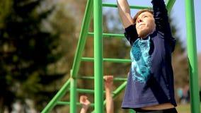俄罗斯,新西伯利亚, 2015年:单杠的孩子 股票录像
