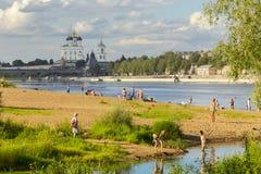 俄罗斯,普斯克夫- 2016年8月02日:河Velikaya岸是有普斯克夫的人的喜爱的地方能在的一放松 库存照片