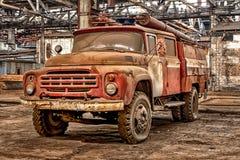 俄罗斯,梁赞31 01 2019 - 老生锈的被放弃的苏联消防车在大飞机棚 免版税图库摄影