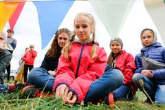 俄罗斯,秋明,15 06 2019? 不同的年龄和种族微笑的看看的孩子照相机 库存照片