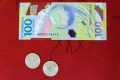 俄罗斯,罗斯托夫On唐, 2018年6月27日:纪念世界杯足球赛2018 100卢布钞票, 25磨擦硬币  免版税图库摄影