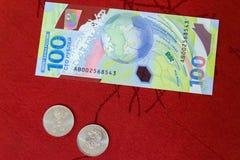 俄罗斯,罗斯托夫On唐, 2018年6月27日:纪念世界杯足球赛2018 100卢布钞票, 25磨擦硬币  库存图片