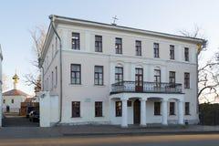 俄罗斯,苏兹达尔- 06 11 2011年 在19世纪、纪念碑对都市计划和建筑学建造的客商Kashitsin议院 图库摄影