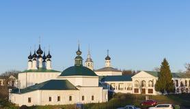 俄罗斯,苏兹达尔- 06 11 2011年 星期五教会和Vhodoierusalimskaya教会集市广场的 金黄圆环旅行 库存图片
