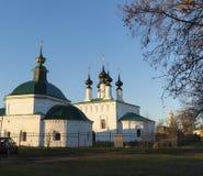 俄罗斯,苏兹达尔- 06 11 2011年 星期五教会和Vhodoierusalimskaya教会集市广场的 金黄圆环旅行 库存照片