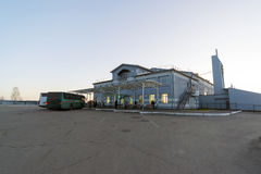 俄罗斯,苏兹达尔- 06 11 2011年 汽车站在城市,镇是金黄圆环旅行的一部分 库存照片