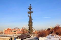 俄罗斯,莫斯科–2019年1月23日:从莫斯科河的克里米亚半岛堤防的看法纪念碑的对彼得大帝 免版税库存照片