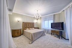 俄罗斯,莫斯科地区-一间卧室的内部在豪华乡间别墅里 免版税库存图片