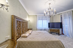 俄罗斯,莫斯科地区-一间卧室的内部在豪华乡间别墅里 库存图片