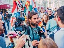 俄罗斯,莫斯科,世界杯足球赛:2018年6月15日 旅客采访的新闻工作者马赛厄斯Amaya,克服 库存图片