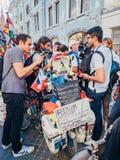 俄罗斯,莫斯科,世界杯足球赛:2018年6月15日 旅客采访的新闻工作者马赛厄斯Amaya,克服 免版税库存图片