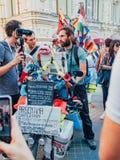 俄罗斯,莫斯科,世界杯足球赛:2018年6月15日 旅客采访的新闻工作者马赛厄斯Amaya,克服 免版税库存照片