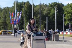 俄罗斯,莫斯科,伏努科沃, 2018年6月27日,女孩步行沿着向下街道的,韩语,社论 免版税库存照片