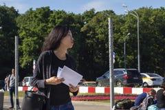 俄罗斯,莫斯科,伏努科沃, 2018年6月27日,女孩步行沿着向下街道的,韩语,社论 免版税图库摄影