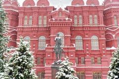 俄罗斯,莫斯科,对司令员茹科夫在历史博物馆附近,冬天的纪念碑 免版税库存图片