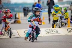 俄罗斯,莫斯科,高尔基公园, 2017年9月09日 儿童` s自行车乘驾 孩子从2年到7在盔甲竞争  库存图片