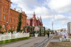 俄罗斯,莫斯科, 07 04 2018年:在莫斯科街道上的复活节装饰  免版税库存照片