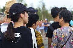 俄罗斯,莫斯科, 2018年8月4日,步行沿着向下街道的一个小组汉语,社论 库存照片