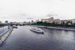 俄罗斯,莫斯科, 2017年10月13日:城市的都市风景 夏季 社论与强光的图象减速火箭的样式图象  免版税库存图片