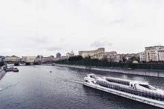 俄罗斯,莫斯科, 2017年10月13日:城市的都市风景 夏季 社论与强光的图象减速火箭的样式图象  免版税图库摄影