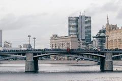 俄罗斯,莫斯科, 2017年10月13日:城市的都市风景 夏季 社论与强光的图象减速火箭的样式图象  库存图片