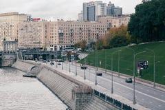 俄罗斯,莫斯科, 2017年10月13日:城市的都市风景 夏季 社论与强光的图象减速火箭的样式图象  图库摄影