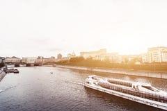 俄罗斯,莫斯科, 2017年10月13日:城市的都市风景 夏季 21次争斗大白俄罗斯社论招待节日图象授以爵位中世纪国家俄国小组乌克兰与 与强光的减速火箭的样式图象  免版税图库摄影