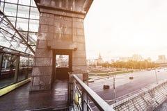 俄罗斯,莫斯科, 2017年10月13日:城市的都市风景 夏季 21次争斗大白俄罗斯社论招待节日图象授以爵位中世纪国家俄国小组乌克兰与 与强光的减速火箭的样式图象  免版税库存照片