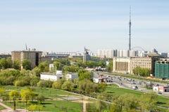 俄罗斯,莫斯科, 2017年5月05日:奥斯坦基诺塔和雕塑`工作者和集体农场女孩`的看法 在视图之上 库存照片