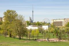 俄罗斯,莫斯科, 2017年5月05日:奥斯坦基诺塔和雕塑`工作者和集体农场女孩`的看法 在视图之上 图库摄影