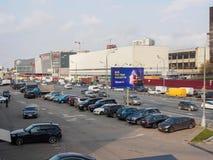 俄罗斯,莫斯科, 2017年10月 镇风景 汽车通行 购物中心 汽车停车处  库存图片