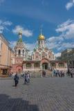 俄罗斯,莫斯科, 2017年6月8日:在喀山大教堂附近的未定义人步行 免版税库存照片