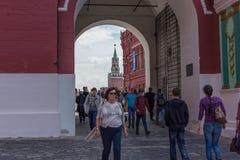 俄罗斯,莫斯科, 2017年6月8日:对红场的入口从利比亚门和教堂 免版税库存图片