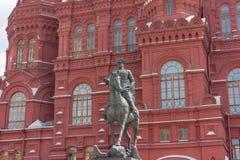 俄罗斯,莫斯科, 2017年6月8日:对苏联格奥尔基・康斯坦丁诺维奇・朱可夫的法警的一座纪念碑在历史博物馆前面的在附近 库存图片