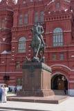 俄罗斯,莫斯科, 2017年6月8日:对苏联格奥尔基・康斯坦丁诺维奇・朱可夫的法警的一座纪念碑在历史博物馆前面的 库存图片