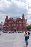 俄罗斯,莫斯科, 2017年6月8日:未认出的人民在Manezhnaya方形的近的状态历史博物馆走 库存照片